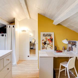 マルセイユの広い地中海スタイルのおしゃれな書斎 (黄色い壁、ラミネートの床、造り付け机、暖炉なし、ベージュの床) の写真