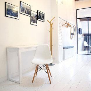 Aménagement d'un bureau scandinave de taille moyenne avec un mur blanc, un sol en bois peint et un bureau indépendant.
