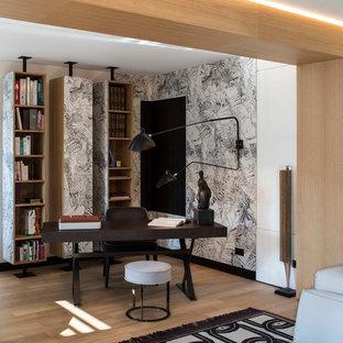 Exemple d'un bureau tendance de taille moyenne avec un sol en bois clair, aucune cheminée, un bureau indépendant et un mur multicolore.