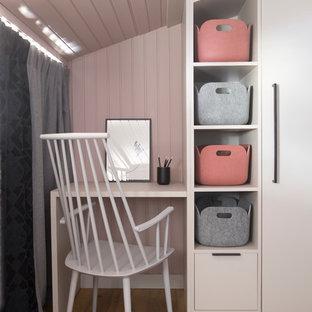 Idées Déco Pour Un Petit Bureau Moderne Avec Un Mur Rose, Un Sol En Bois