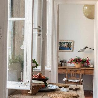 マルセイユのカントリー風おしゃれな書斎 (白い壁、テラコッタタイルの床、造り付け机) の写真