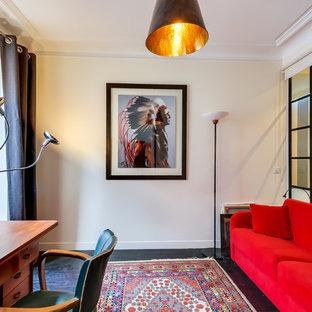 Immagine di un ufficio design di medie dimensioni con pareti bianche, pavimento in legno verniciato e scrivania autoportante