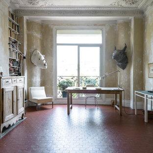 Réalisation d'un grand bureau méditerranéen avec un mur beige, un sol en carreau de terre cuite, aucune cheminée et un bureau indépendant.
