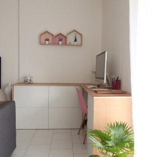 Inspiration pour un petit bureau nordique avec un mur blanc, un sol en carrelage de céramique, aucune cheminée et un bureau intégré.