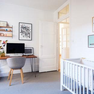 Idées déco pour un bureau scandinave avec un mur blanc, moquette, un bureau indépendant et un sol gris.