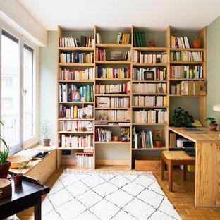 Cette photo montre un bureau tendance avec un mur gris, un sol en bois brun, un bureau indépendant et un sol marron.