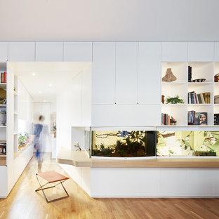 Inspiration pour un bureau design de taille moyenne avec un mur blanc, un sol en bois clair, un bureau intégré et aucune cheminée.