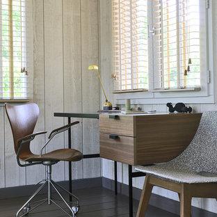 パリの中くらいのビーチスタイルのおしゃれな書斎 (ベージュの壁、塗装フローリング、自立型机) の写真