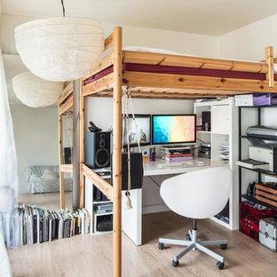 Cette image montre un petit bureau nordique avec un mur blanc, un bureau indépendant et un sol en bois clair.