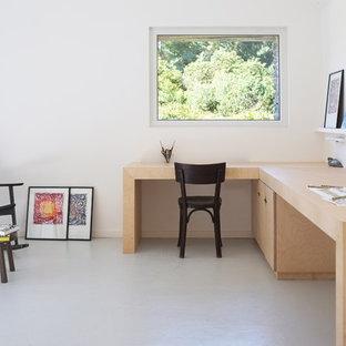 Inspiration pour un bureau nordique de taille moyenne avec un mur blanc et un bureau indépendant.