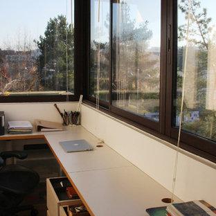 Immagine di un piccolo ufficio minimal con pavimento in pietra calcarea, scrivania incassata, pareti bianche e pavimento beige