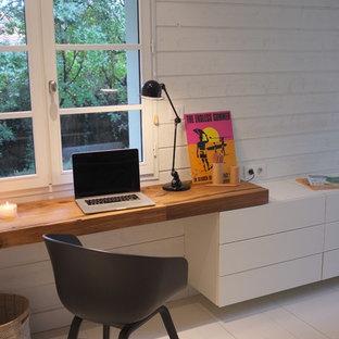 Ispirazione per un ufficio stile marinaro con pareti bianche, pavimento in legno verniciato e scrivania incassata