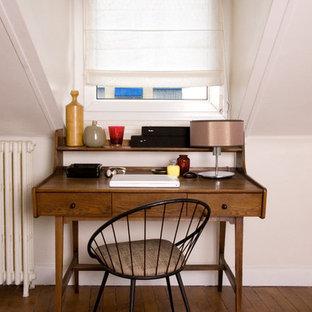 Exemple d'un petit bureau chic avec un bureau indépendant.
