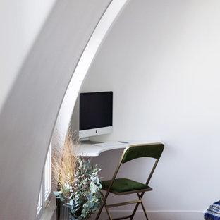 Idee per uno studio design con pareti bianche, pavimento in terracotta, scrivania incassata e pavimento rosso
