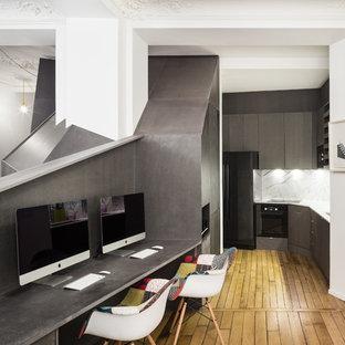 Idée de décoration pour un petit bureau design avec un sol en bois brun, un bureau intégré, un mur noir et aucune cheminée.