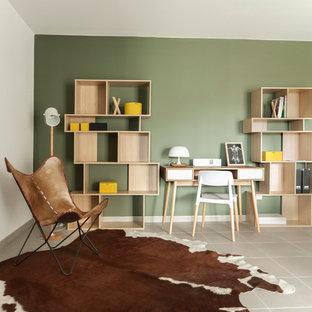 モンペリエのエクレクティックスタイルのおしゃれなホームオフィス・書斎 (緑の壁、セラミックタイルの床、暖炉なし、自立型机) の写真