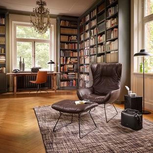 パリの大きいトランジショナルスタイルのおしゃれなホームオフィス・仕事部屋 (ライブラリー、淡色無垢フローリング、自立型机、緑の壁、暖炉なし) の写真