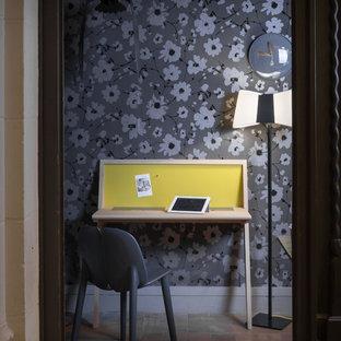 Immagine di un piccolo ufficio scandinavo con pareti multicolore, pavimento in terracotta, nessun camino e scrivania autoportante