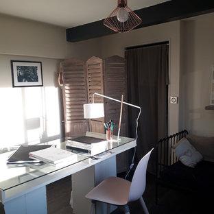 パリの小さいシャビーシック調のおしゃれなクラフトルーム (白い壁、ラミネートの床、暖炉なし、自立型机、黒い床) の写真