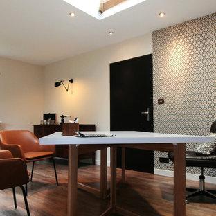 Exemple d'un bureau tendance de taille moyenne avec un mur beige, un sol en bois foncé et un bureau indépendant.