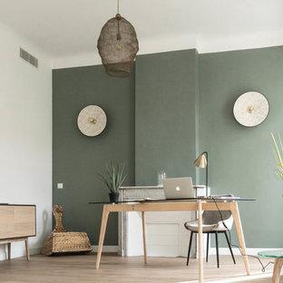 マルセイユの中くらいの北欧スタイルのおしゃれな書斎 (緑の壁、淡色無垢フローリング、自立型机、標準型暖炉、石材の暖炉まわり、ベージュの床) の写真
