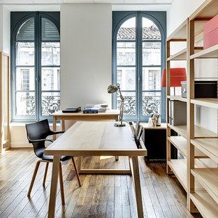 Idées déco pour un bureau contemporain de taille moyenne avec un bureau indépendant.