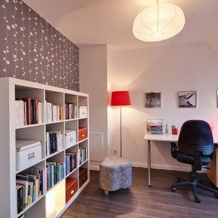 Aménagement d'un bureau contemporain de taille moyenne avec un mur blanc, un sol en bois foncé et un bureau indépendant.