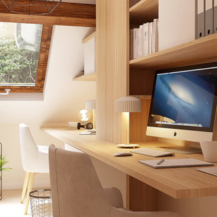 Aménagement d'un bureau scandinave avec un mur beige et un sol en bois clair.