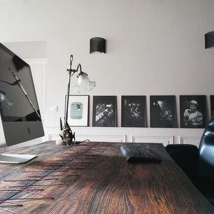 Immagine di un ufficio moderno con pareti grigie, pavimento in terracotta, nessun camino, scrivania autoportante e pavimento arancione