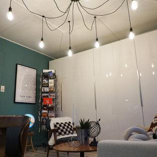 他の地域の中サイズのミッドセンチュリースタイルのおしゃれなホームオフィス・仕事部屋 (青い壁、ラミネートの床、暖炉なし、自立型机、ベージュの床) の写真