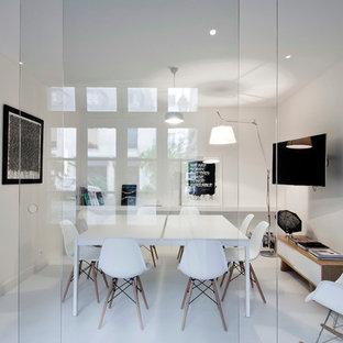 Aménagement d'un grand bureau contemporain avec un mur blanc et un bureau indépendant.