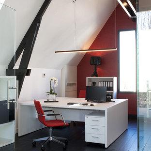 Immagine di un ufficio design di medie dimensioni con pareti rosse, pavimento in legno verniciato, nessun camino, scrivania autoportante e pavimento nero
