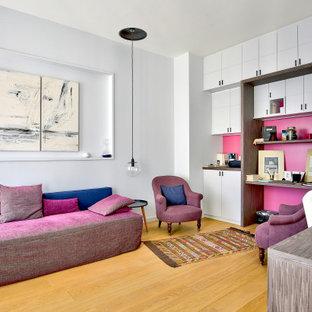 Réalisation d'un grand bureau design avec un sol en bois clair, aucune cheminée, un bureau indépendant et un sol beige.