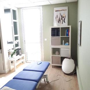 На фото: с высоким бюджетом рабочие места среднего размера в скандинавском стиле с зелеными стенами, полом из винила и отдельно стоящим рабочим столом