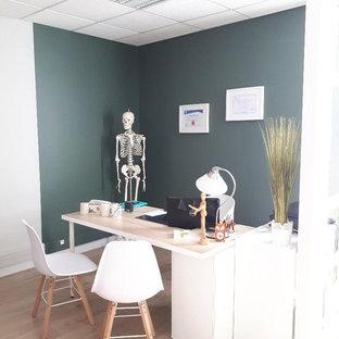 Exemple d'un bureau scandinave de taille moyenne avec un mur vert, un sol en vinyl et un bureau indépendant.