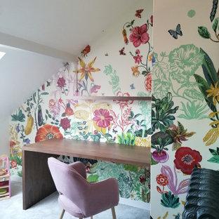パリの中くらいのトランジショナルスタイルのおしゃれな書斎 (茶色い壁、カーペット敷き、造り付け机、グレーの床、表し梁、壁紙) の写真