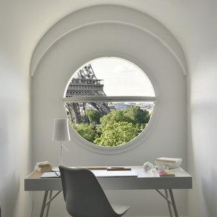 Aménagement d'un petit bureau contemporain avec un mur blanc et un bureau indépendant.
