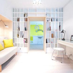 Idées déco pour un grand bureau scandinave avec un mur blanc, un bureau indépendant et un sol en bois clair.