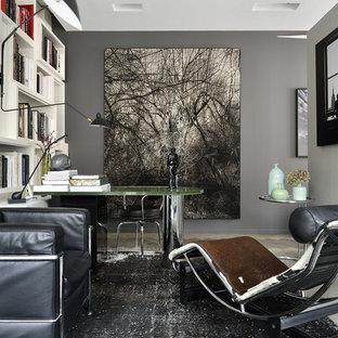 Réalisation d'un bureau design de taille moyenne avec un mur gris et un bureau indépendant.