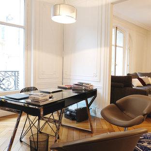 Idées déco pour un bureau contemporain de taille moyenne avec un mur blanc, un sol en bois brun et un bureau indépendant.
