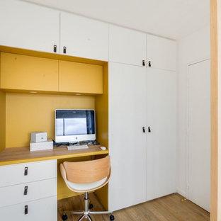Exemple d'un petit bureau scandinave avec un mur blanc, un sol en linoléum et un bureau intégré.