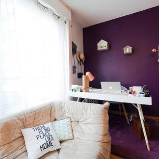Immagine di un piccolo ufficio design con pareti viola, pavimento in legno massello medio, nessun camino e scrivania autoportante