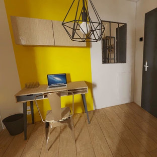 Photo of an industrial home studio in Lyon with yellow walls and a freestanding desk.