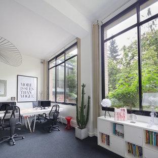Ispirazione per un ampio ufficio industriale con pareti bianche, moquette, nessun camino, scrivania autoportante e pavimento nero