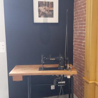 Foto di una stanza da lavoro industriale con pavimento in cemento, stufa a legna, scrivania autoportante e pavimento grigio