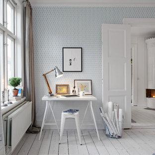 Idées déco pour un grand bureau contemporain avec un mur bleu, un sol en bois peint et un bureau indépendant.