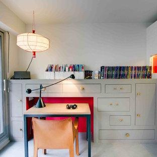 Idées déco pour un bureau contemporain de taille moyenne avec un mur blanc et un bureau intégré.