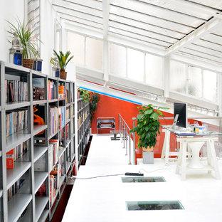 Idées déco pour un très grand bureau contemporain avec un mur blanc et un bureau indépendant.