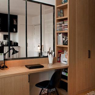 Inspiration pour un bureau design avec un bureau intégré.