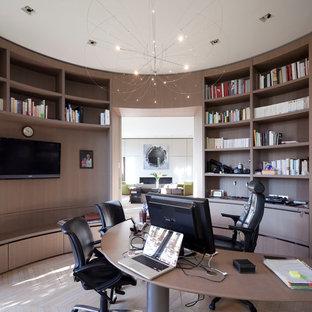Idée de décoration pour un bureau design de taille moyenne avec un mur marron, un sol en bois clair, aucune cheminée et un bureau indépendant.